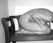 nackte Frau auf Bank